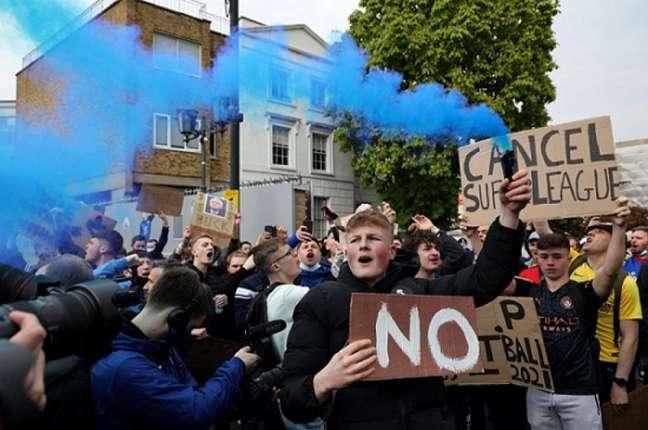 Torcedores do Chelsea protestam em Londres (Foto: Adrian DENNIS / AFP)