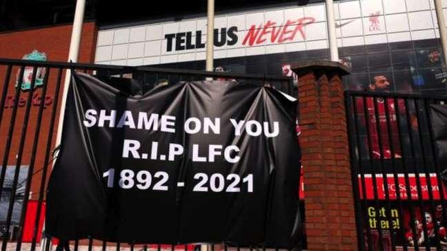 Torcedores do Liverpool protestaram com cartaz que decreta a 'morte' do clube e os dizeres: 'vergonha de vocês'