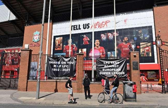 Torcedores do Liverpool protestam contra a criação da Superliga (AFP)