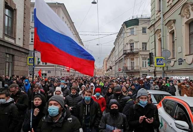 Pessoas participam de  manifestação em apoio ao político da oposição russo Alexei Navalny em São Petersburgo, Rússia, 21/04/2021. REUTERS/Anton Vaganov