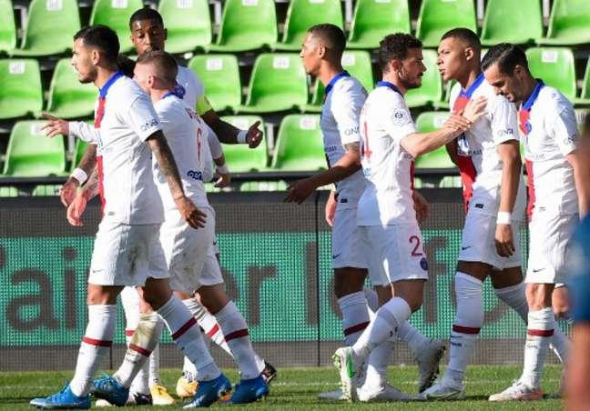 Mbappé marcou os dois gols na vitória do PSG sobre o Metz (JEAN-CHRISTOPHE VERHAEGEN / AFP)