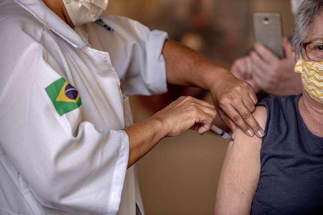 Idosos recebem a terceira dose de vacina contra a covid-19