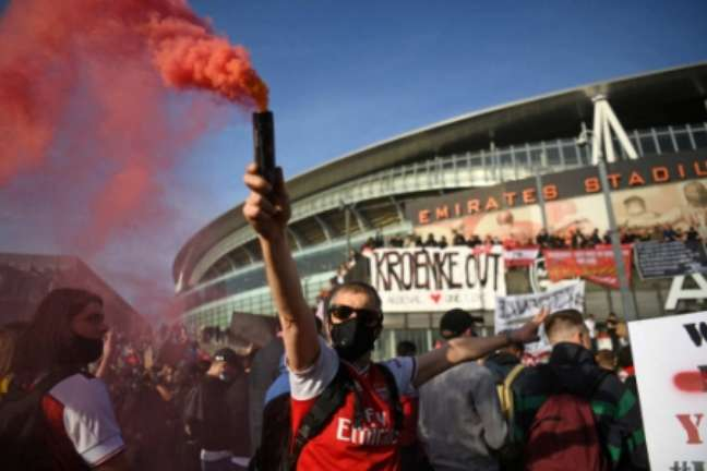 Torcedores do Arsenal pediram a saída de Stan Kroenke do clube (Foto: DANIEL LEAL-OLIVAS / AFP)