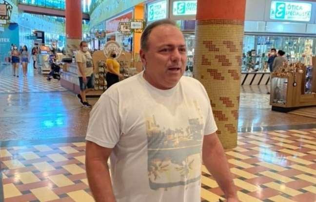 O ministro Eduardo Pazuello foi fotografado sem máscara em shopping de Manaus