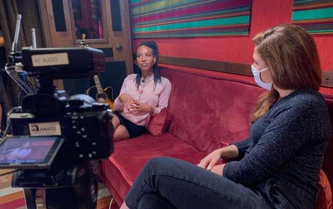 Karol Conká em bastidores de entrevista para Carolina Raimundi, após eliminação no 'BBB21'