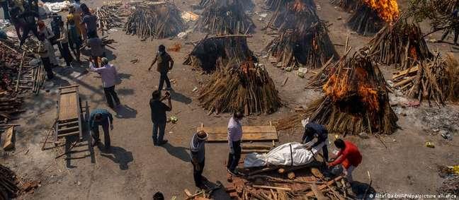 Corpos queimando fora dos crematórios e até nas calçadas mostram que tragédia é maior que os números dizem