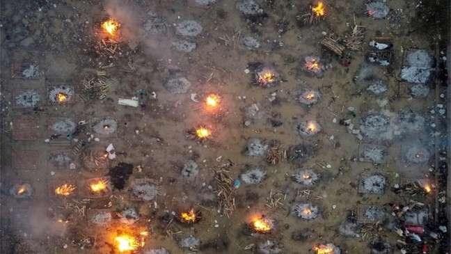 Cremação em massa de vítimas da Covid-19 em Nova Dhéli, em foto aérea de 22 de abril de 2021