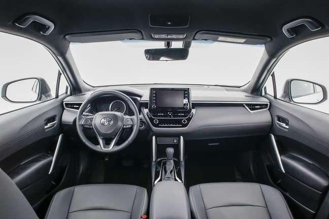 Interior do Toyota Corolla Cross XRE.