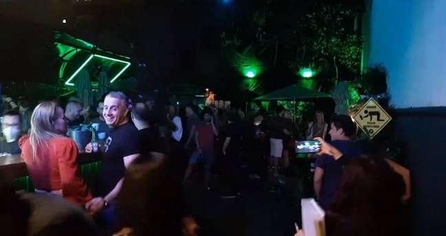 Os agentes da Secretaria de Ordem Públicaflagraram aproximadamente 300 pessoas em uma aglomeração num estabelecimento na Rua Álvaro Ramos, no bairro de Botafogo, na zona sul, na noite de sábado, 1º