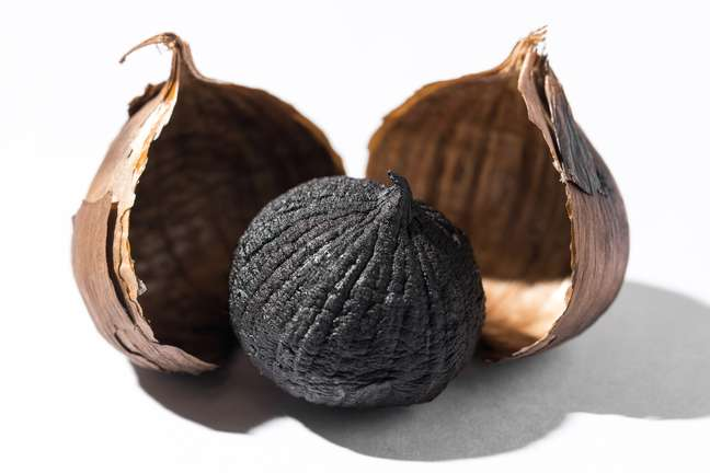 O alho negro também é indicado para quem possui problemas de pele (desde dermatite até acne)