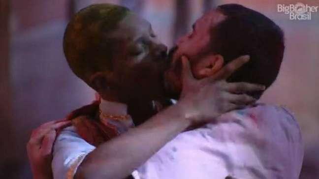 Lucas Penteado e Gilberto se beijaram durante a festa do 'BBB'