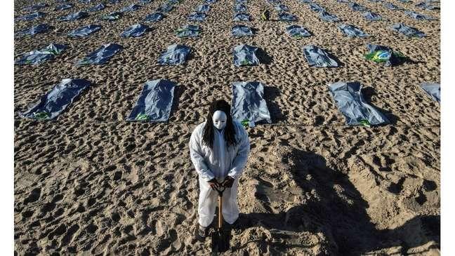 Protesto pelas 400 mil mortes da pandemia na praia de Copacabana; CPI quer identificar responsáveis por escalada de óbitos