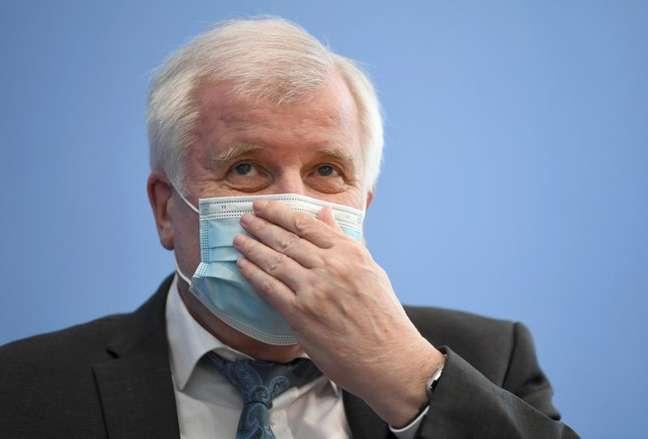 Ministro do Interior, Horst Seehofer, durante uma coletiva de imprensa sobre crimes de motivação política em Berlim, na Alemanha REUTERS/Annegret Hilse/Pool
