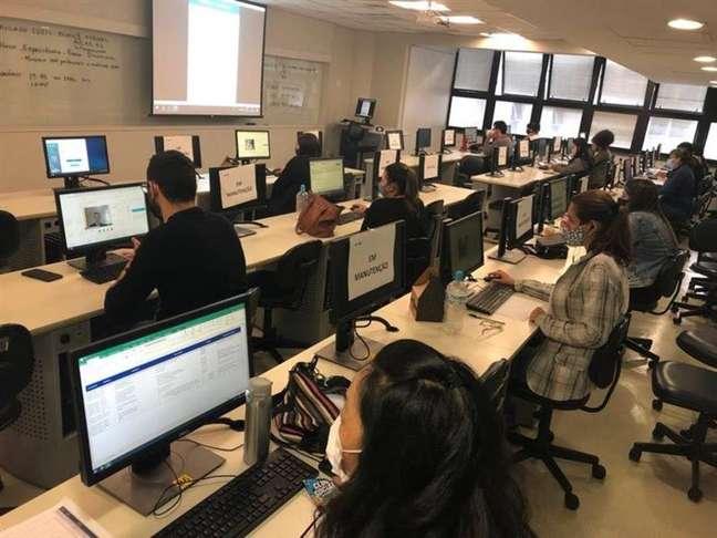 Na FGV, fiscais monitoram candidatos pela tela do computador