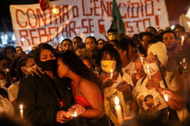 Familiares de vítimas seguram velas em protesto contra violência policial no Jacarezinho 07/05/2021 REUTERS/Ricardo Moraes