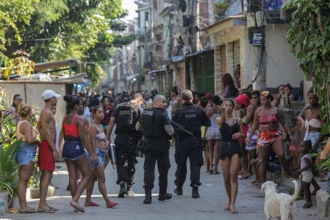 Policiais na favela do Jacarezinho, no Rio de Janeiro