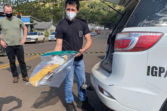 Policial segura a adaga usada por Fabiano Kipper Mai no ataque