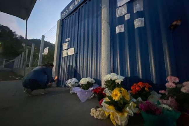Flores e cartazes são depositadas em homenagem às vítimas do atentado no município de Saudades