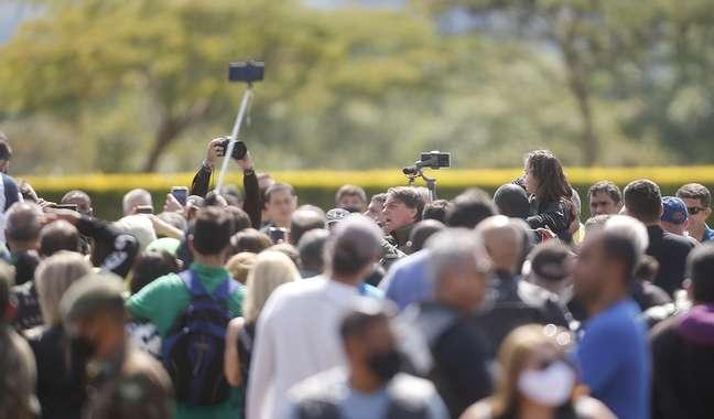 O presidente da República, Jair Bolsonaro (sem partido), sem máscara de proteção, deixa o Palácio da Alvorada, em Brasília (DF), neste domingo, 09 de maio de 2021, pilotando sua motocicleta Honda 750 durante encontro com um grupo de motoqueiros da capital federal em passeio pelo Dia das Mães. 09/05/2021