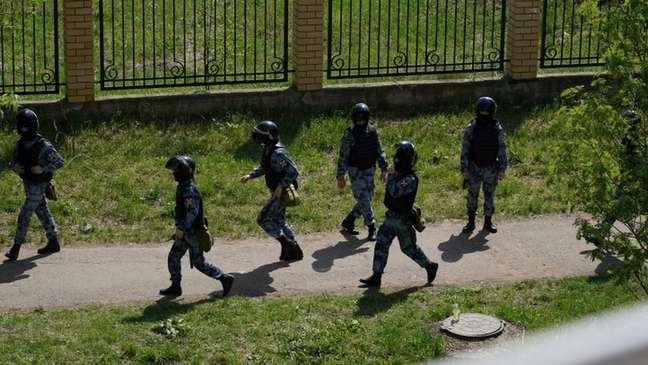 Polícia armada chegou à escola e, em seguida, isolou o quarto andar, segundo relatos