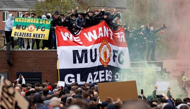 Torcedores do Manchester United protestam contra proprietários do clube 02/05/2021 REUTERS/Phil Noble