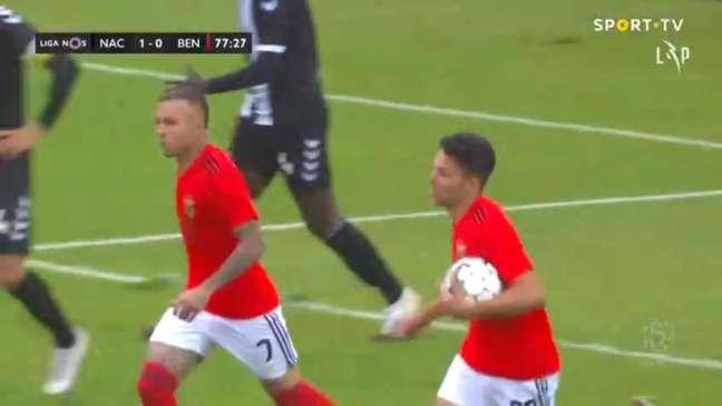Everton Cebolinha fez a jogada do gol de empate do Benfica (Foto: Reprodução / Sport TV)