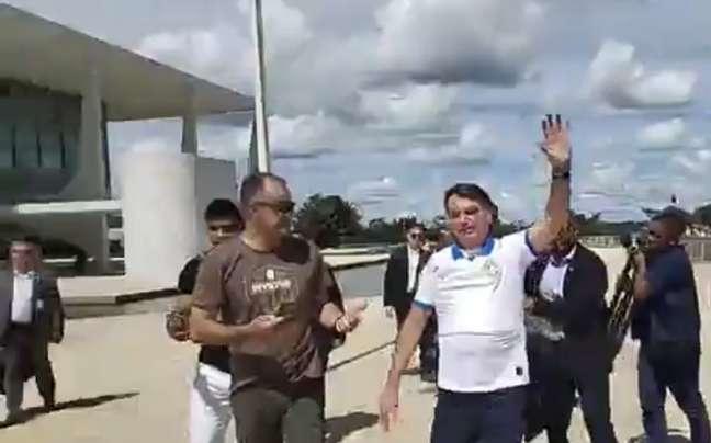 Sem máscara, ao lado de Bolsonaro, presidente da Anvisa participa de ato a favor do governo em março de 2020