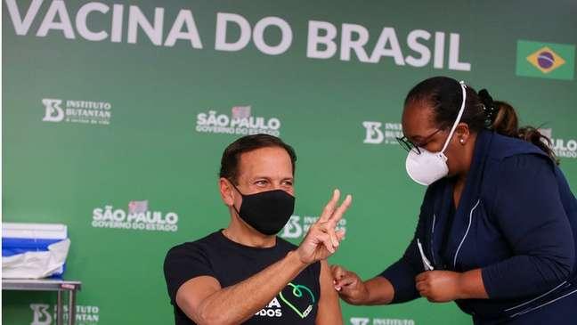 João Doria é vacinado com CoronaVac: vacina do Butantan virou trunfo político do governador