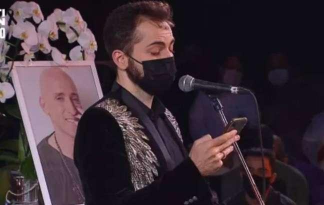 Thales Bretas durante missa de sétimo dia de Paulo Gustavo