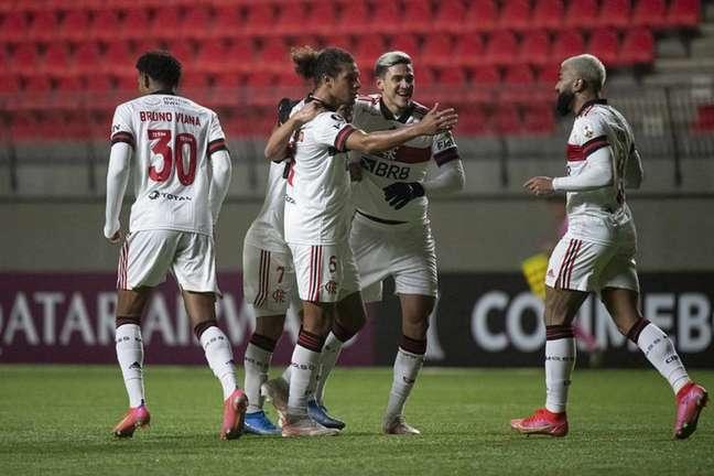 Arão celebra gol de empate com companheiros (Foto: Alexandre Vidal/Flamengo)