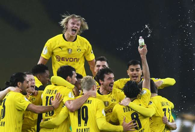 Jogadores de Borussia Dortmund celebram título