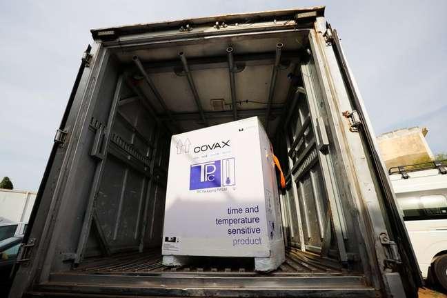 Caixa de vacinas da Oxford/AstraZeneca contra o coronavírus (COVID-19), transferidas da República Democrática do Congo, dentro de um caminhão  refrigerado de entrega em Accra, Gana 07/05/2021 REUTERS/Francis Kokoroko