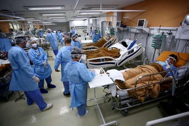 Profissionais de saúde tratam de pacientes na sala de emergência do hospital Nossa Senhora da Conceição, em Porto Alegre 11/03/2021 REUTERS/Diego Vara