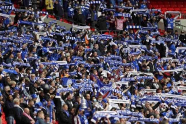 Torcida do Leicester em Wembley (Foto: KIRSTY WIGGLESWORTH / POOL / AFP)