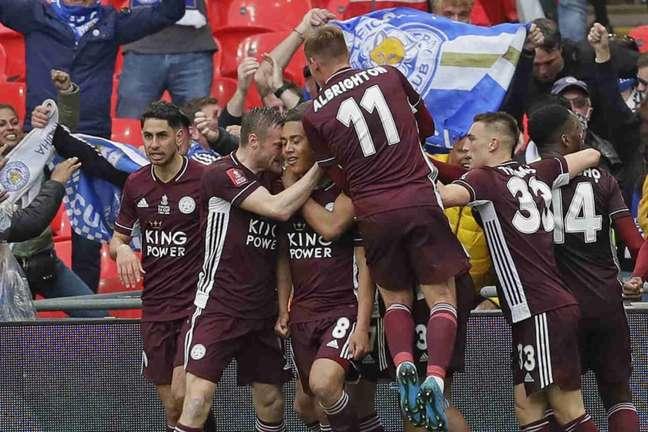 Leicester faturou a Copa da Inglaterra pela primeira vez na história (Foto: KIRSTY WIGGLESWORTH / POOL / AFP)