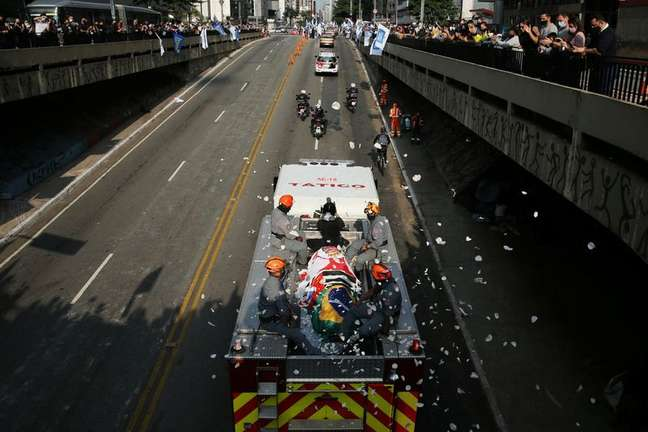 People applaud as the coffin of Sao Paulo's mayor Bruno Covas, who died from cancer, is transported during his funeral procession in Sao Paulo, Brazil May 16, 2021. REUTERS/Carla Carniel