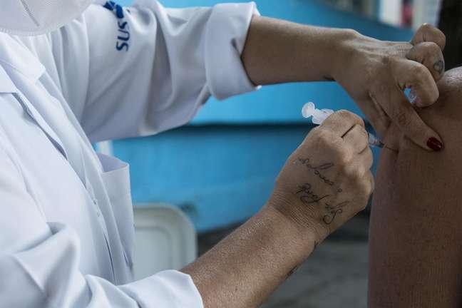 Enfermeira aplica vacina