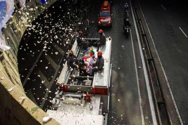 Caixão de Bruno Covas foi levado em cortejo pelas ruas de SP