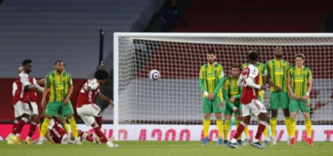 Willian marcou lindo gol de falta no último domingo (FRANK AUGSTEIN / POOL / AFP)
