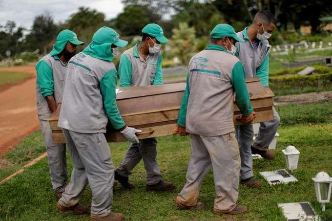 Enterro de vítima da Covid-19 em Brasília (DF)  REUTERS/Ueslei Marcelino