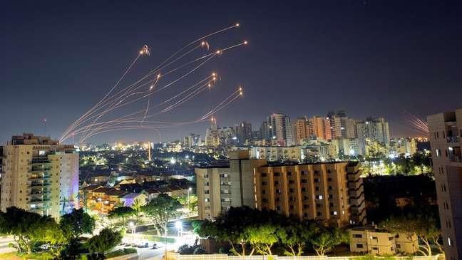 Mísseis do sistema de defesa Cúpula de Ferro de Israel sobem para interceptar foguetes disparados da Faixa de Gaza