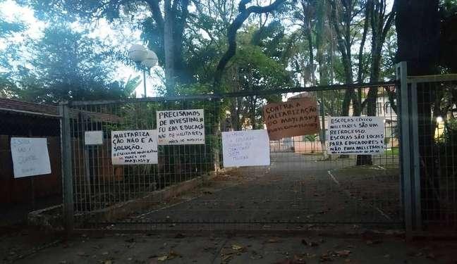 Mães fizeram protesto e fixaram cartazes na entrada da Matheus Maylasky, que seria a primeira escola cívico-militar de Sorocaba