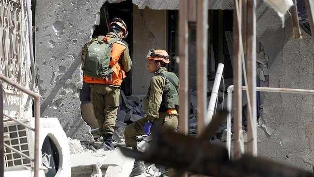 Soldados israelenses inspecionam um prédio em Ashkelon danificado por um foguete lançado de Gaza