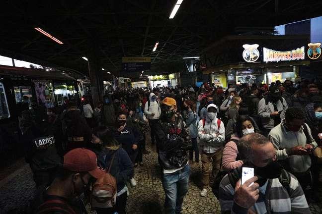 Movimentação intensa de pessoas na estação Jabaquara, zona sul de São Paulo (SP), fechada na manhã desta quarta-feira (18), devido à greve dos metroviários