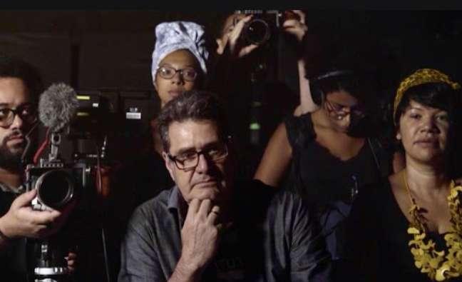 """O diretor Toni Venturi, no centro, e a equipe de """"Dentro da Minha Pele"""""""