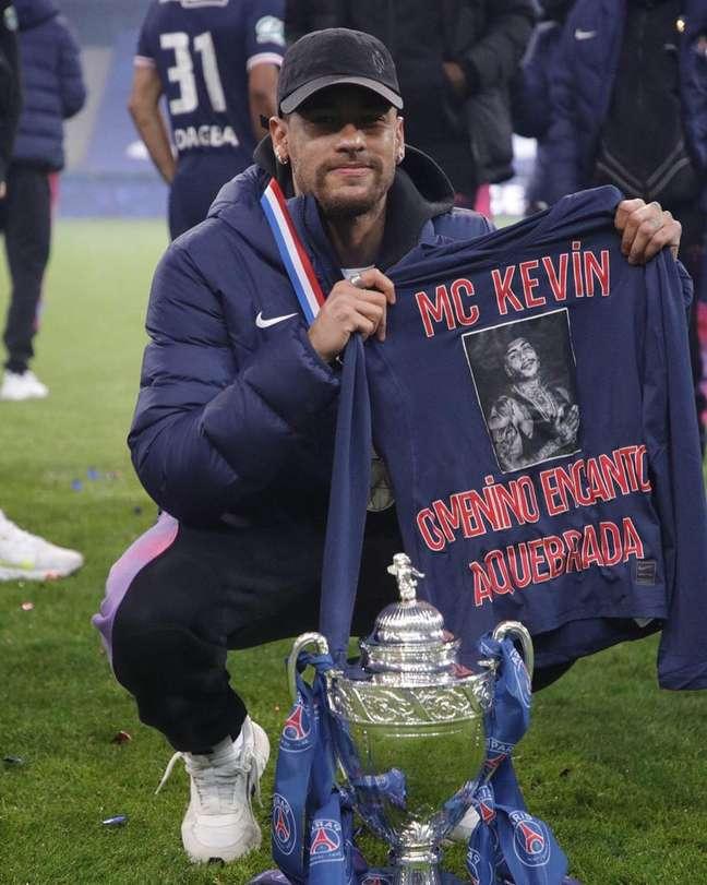 Neymar exibe camiseta em homenagem ao MC Kevin