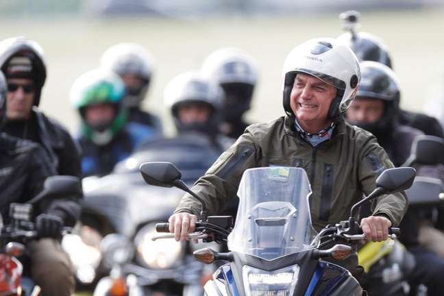 Presidente Jair Bolsonaro durante passeio de moto com apoiadores em Brasília 09/05/2021 REUTERS/Ueslei Marcelino