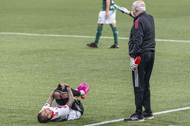 Daniel Alves sentiu lesão no joelho ainda no 1º tempo contra o Palmeiras
