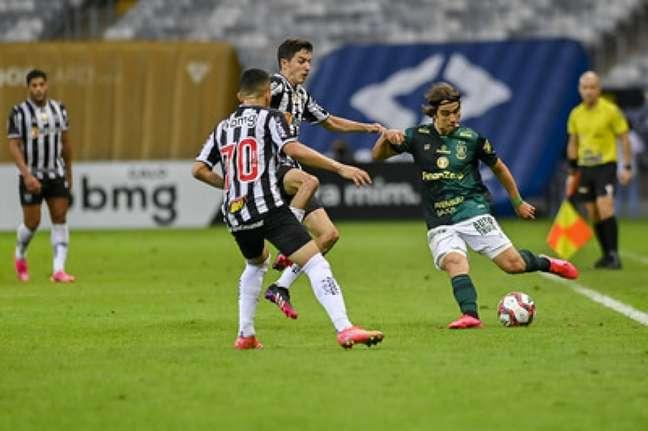 O time alvinegro conseguiu segurar o Coelho e levantou a taça do Mineiro pelo segundo ano seguido-(Mourão Panda/América-MG)