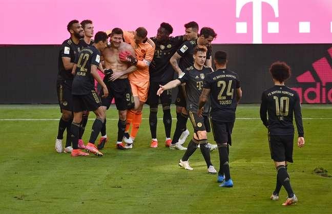 Lewandowski é celebrado pelos companheiros após marca histórica